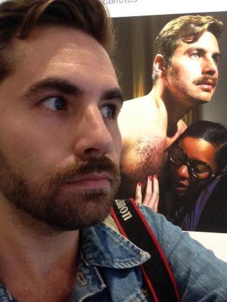 Sean Fader tira uma selfie em frente à sua foto exibida na exposição de Prince,