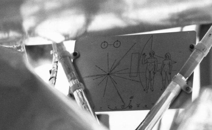 Placa Pioneira fixada à Pioneer 10